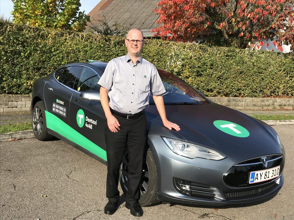 Dantaxi vognmand Kim Petersen med Tesla